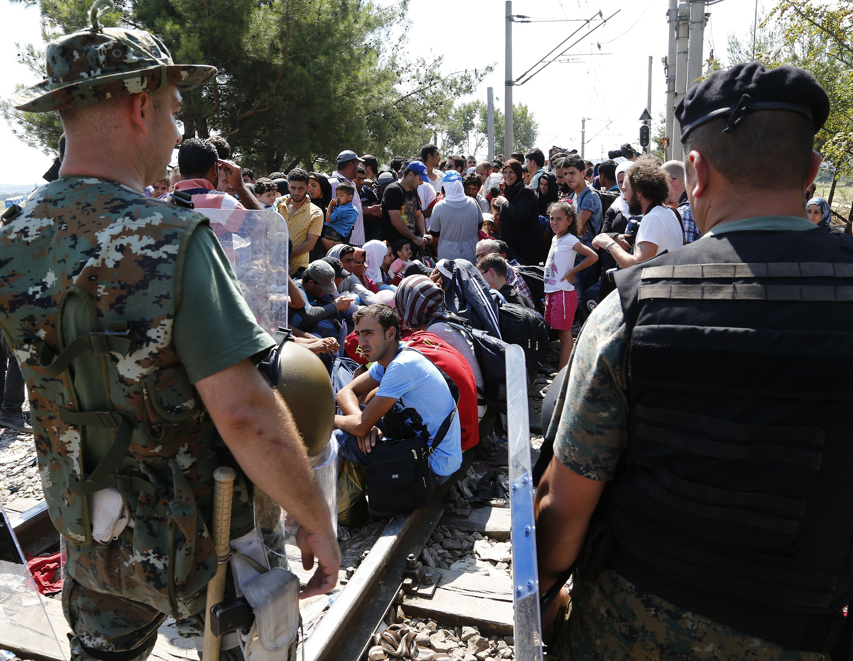 Soldiers monitor refugees